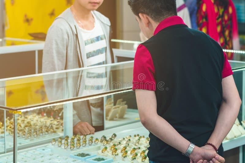 Touristen beschließen, Schmuck von den Edelsteinen zu kaufen lizenzfreies stockbild