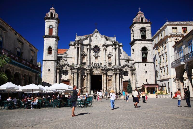 Touristen besetzten in Plaza De La Catedral Havana lizenzfreie stockfotografie