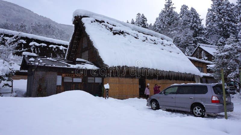 Touristen besichtigen altes Dorf Shirakawa-gehen herein, Japan stockfotos