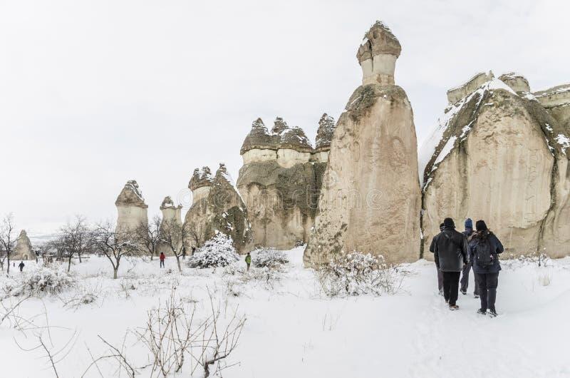 Touristen besuchen Cappadocia in der Türkei während des Winters lizenzfreie stockbilder