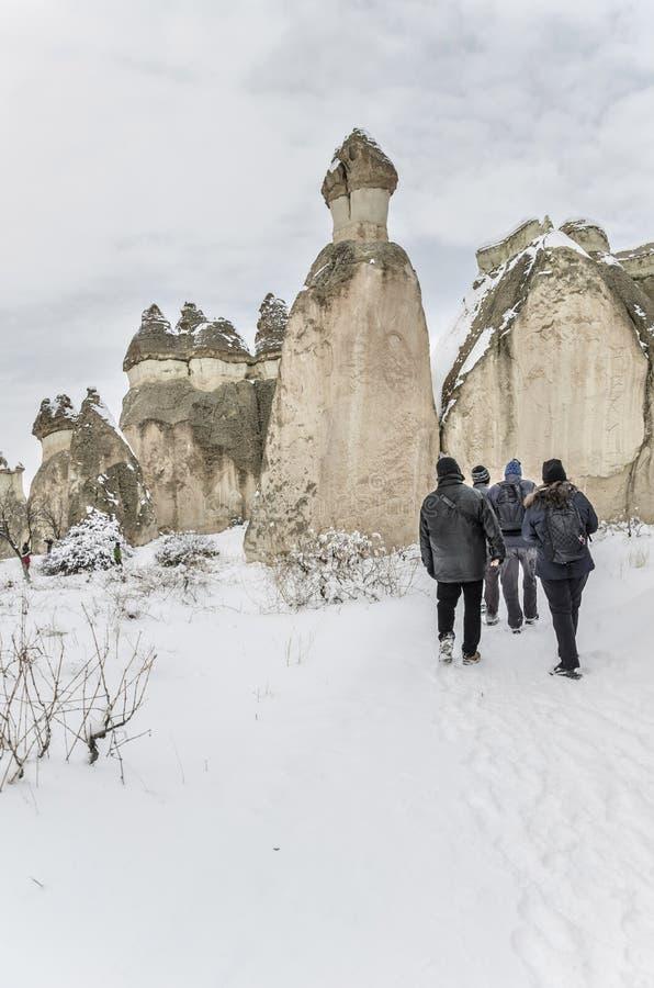 Touristen besuchen Cappadocia in der Türkei während des Winters lizenzfreie stockfotografie