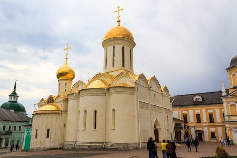Touristen besuchen das heilige Dreiheit-St. Sergius Lavra, Sergiev Posad stockfotos