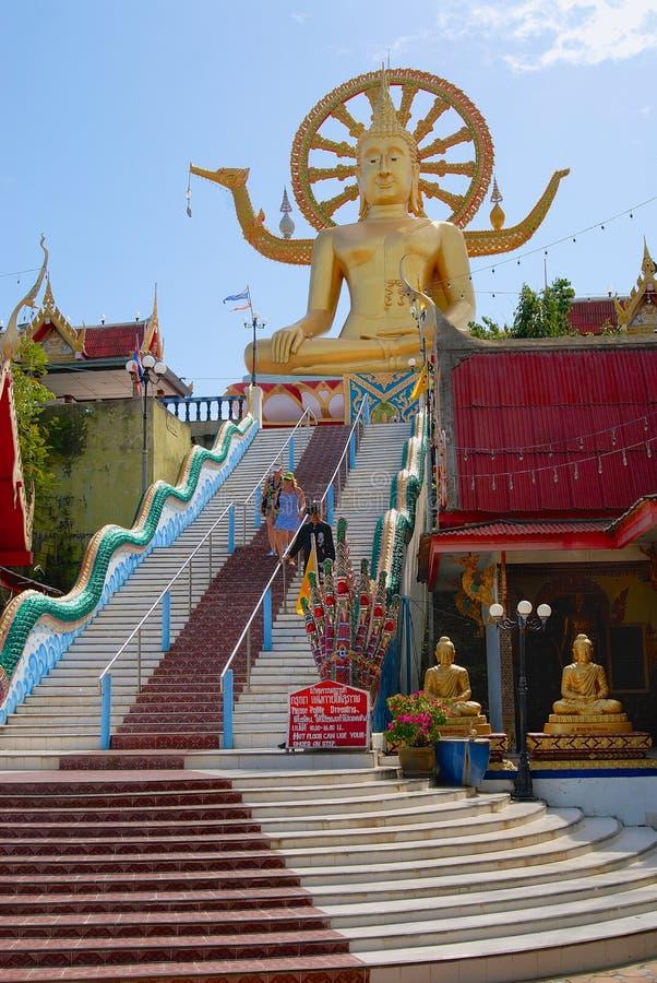 Touristen besuchen große Buddha-Statue in Wat Phra Yai Temple in Koh Samui-Insel, Thailand lizenzfreie stockfotos