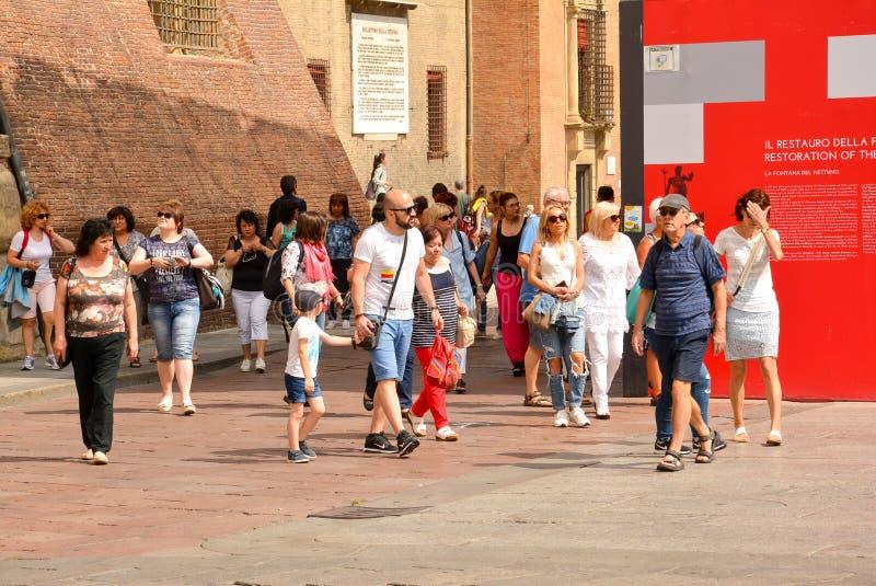 Touristen in Bologna Italien stockbild