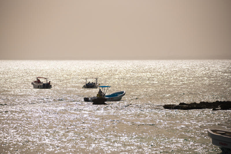 Touristen in den Booten nahe dem Ufer in Bayahibe, La Altagracia, Dominikanische Republik Kopieren Sie Raum für Text lizenzfreie stockfotografie