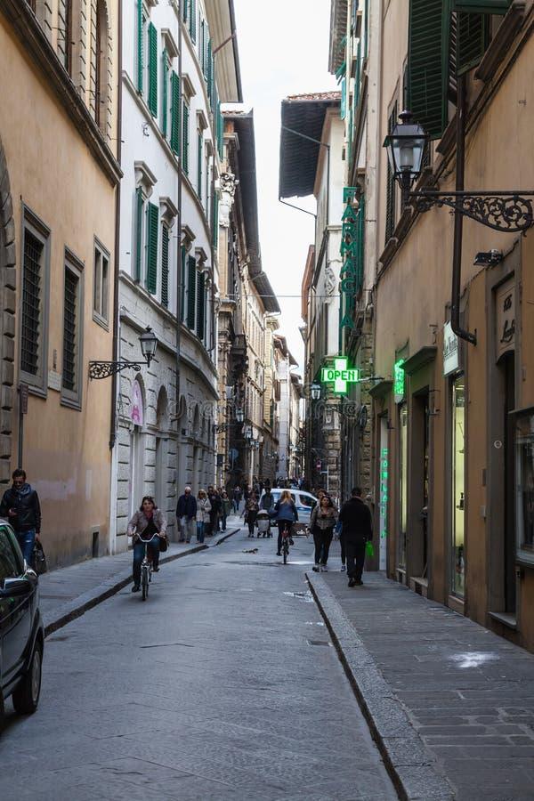 Touristen in den Straßen von Florenz stockfotografie