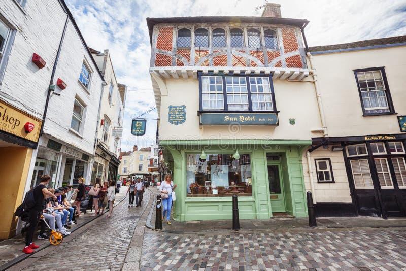 Touristen in der alten Stadt von Canterbury, Großbritannien, am 13. Juli 2016 lizenzfreie stockbilder