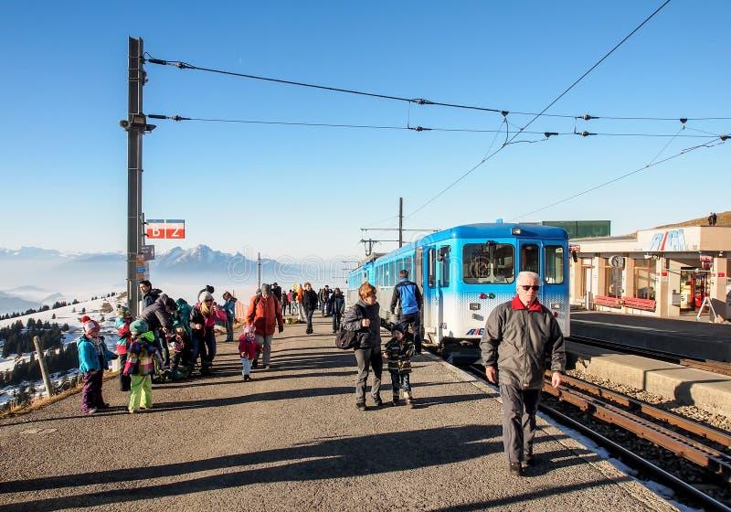 Touristen an der Bahnstation auf die Oberseite von Rigi Kulm lizenzfreies stockbild