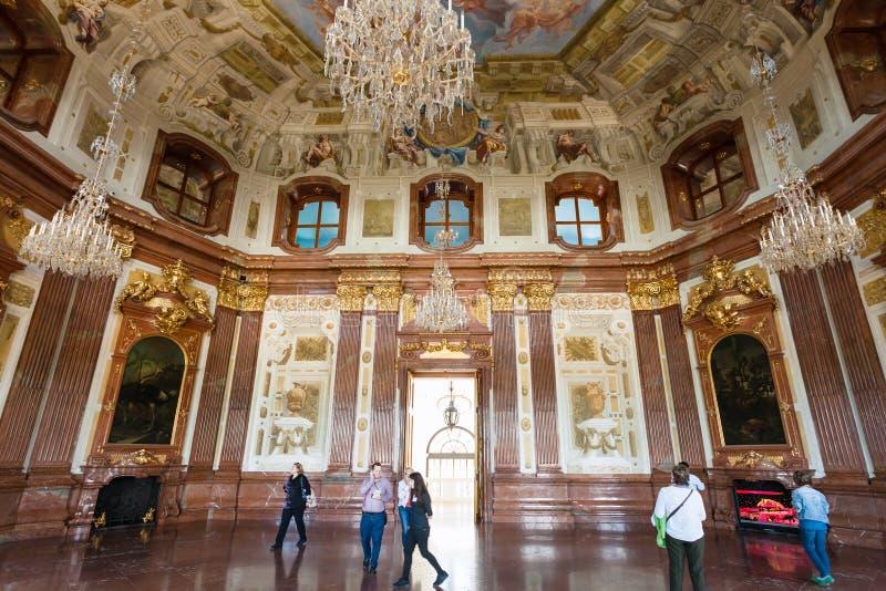 Touristen in der Halle des oberen Belvedere-Palastes, Wien stockbilder
