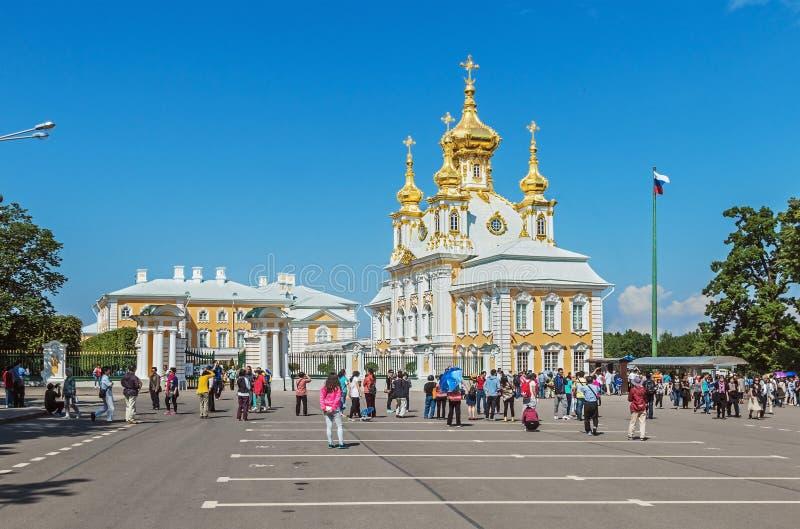 Touristen an der Peterhof-Kirche von Heiligen Peter und Paul lizenzfreies stockbild