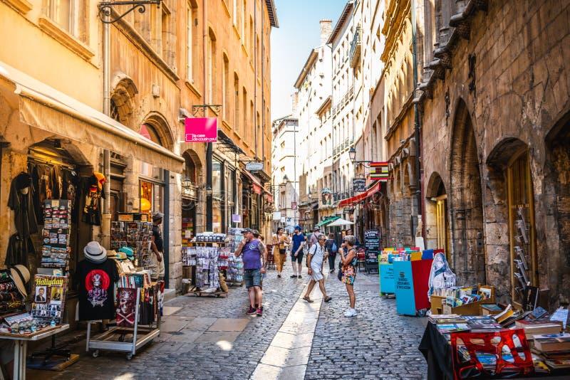 Touristen in der Straße alter Stadt Vieux Lyon am Sommertag in Lyon Frankreich lizenzfreies stockfoto