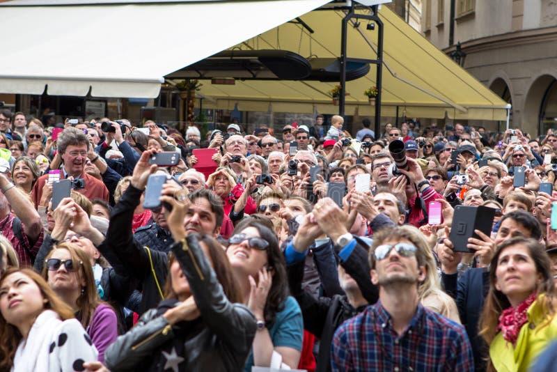 Touristen, die astronomische Uhr in Prag, Tschechische Republik aufpassen stockfoto