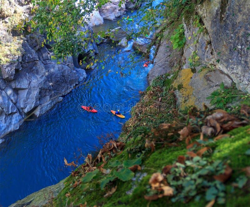 Touristen, die auf den Fluss in einem Kanu schwimmen lizenzfreie stockbilder