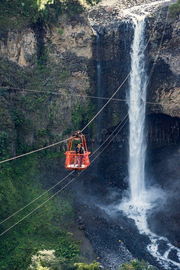 Touristen, die auf der Ziplinie Reise im Kaskadenweg, Banos gleiten lizenzfreies stockbild