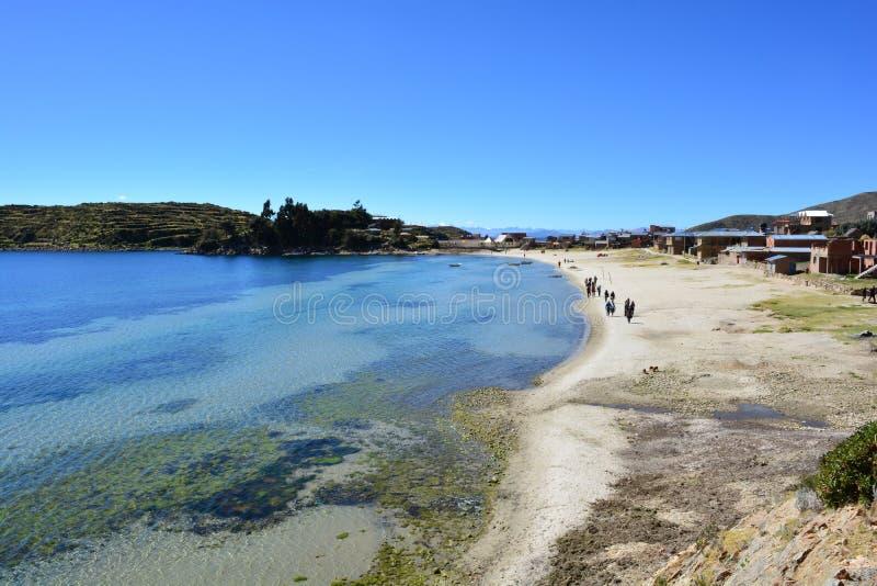 Touristen, die auf einen Strand von Isla del Sol, im Titicaca See, Bolivien gehen stockfotos