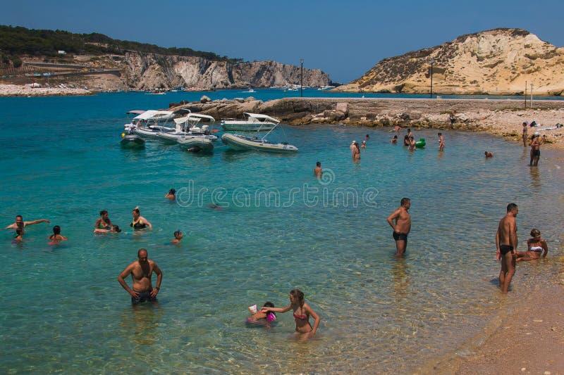 Touristen, die auf schönem und kristallenem Meer von Isole Tremiti schwimmen lizenzfreie stockfotografie