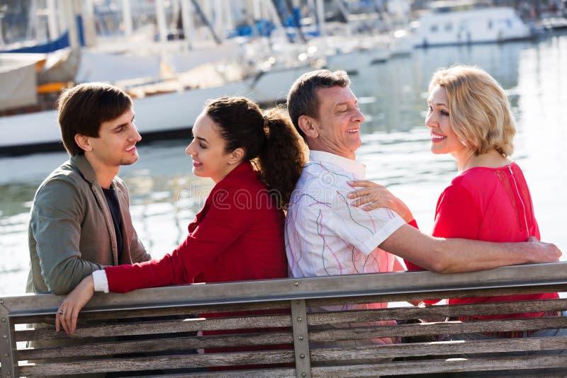 Download Touristen, Die Auf Seefront Sich Entspannen Stockbild - Bild von promenade, leute: 90235205