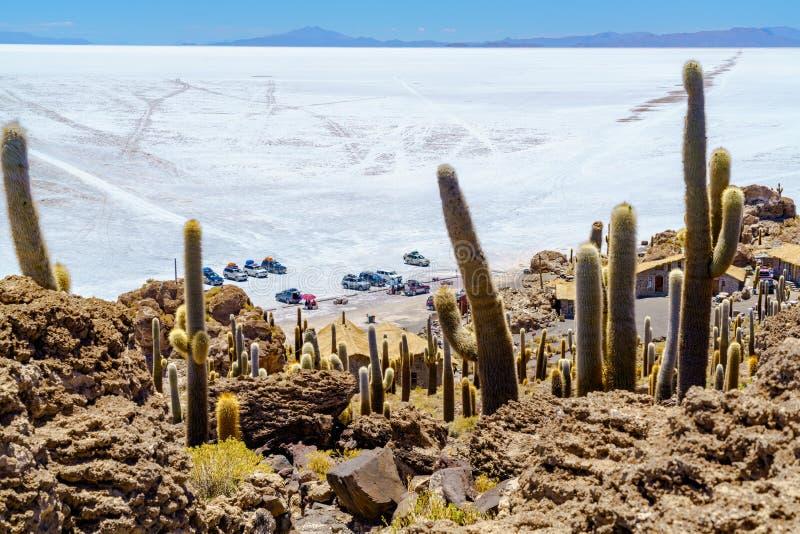 Touristen, die Auto in Incahuasi-Insel in Salar de Uyuni Salt parken lizenzfreie stockfotos