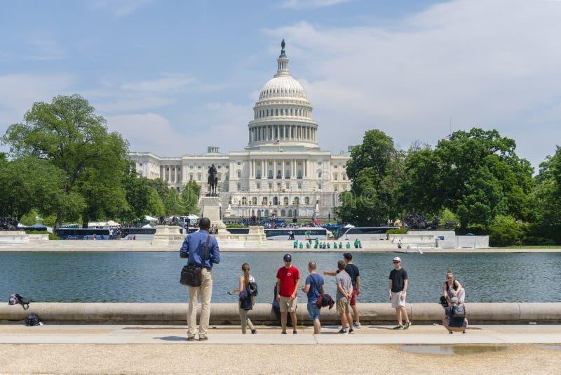 Touristen, die das Kapitol Vereinigter Staaten besichtigen lizenzfreies stockfoto