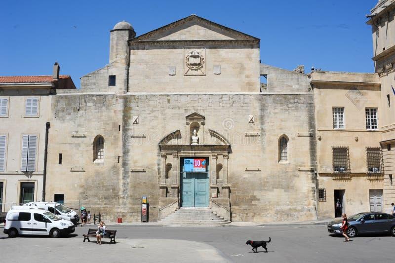 Touristen, die in das Quadrat der Republik bei Arles gehen stockfoto