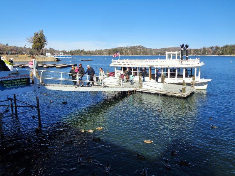 Touristen, die das See-Pfeilspitzen-Königin-Schaufelrad-Boot ausschiffen stockfoto