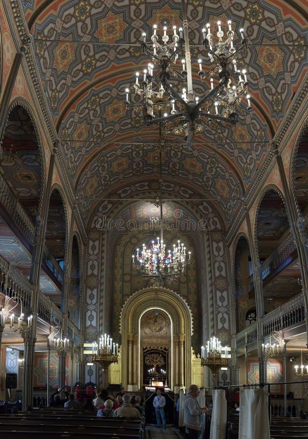 Touristen, die den Innenraum der synagoguTourists besuchen und fotografieren den Innenraum der Synagoge besuchen und fotografiere stockbilder