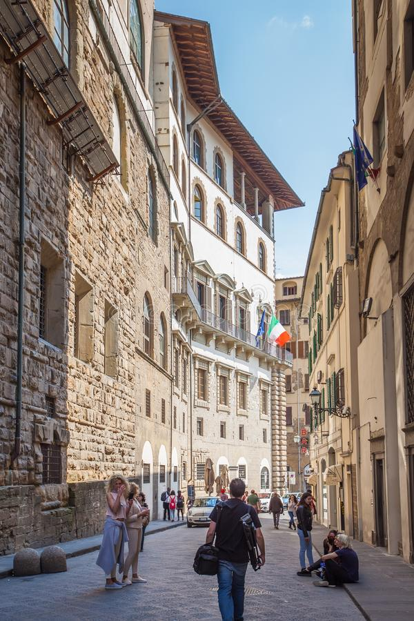 Touristen, die durch die alten Straßen in der Mitte von Flor schlendern lizenzfreie stockfotos