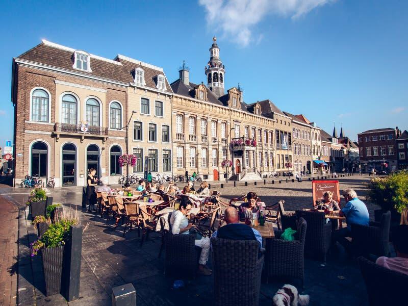 Touristen, die in einem Straßencafé sitzen lizenzfreies stockbild