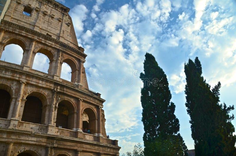 Touristen, die einen Nachmittag beim Colosseum verbringen stockbild