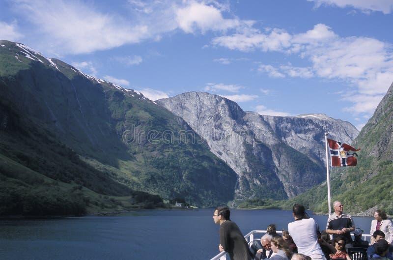 Touristen, die entlang dem Naeroyfjord in Norwegen kreuzen stockfotografie