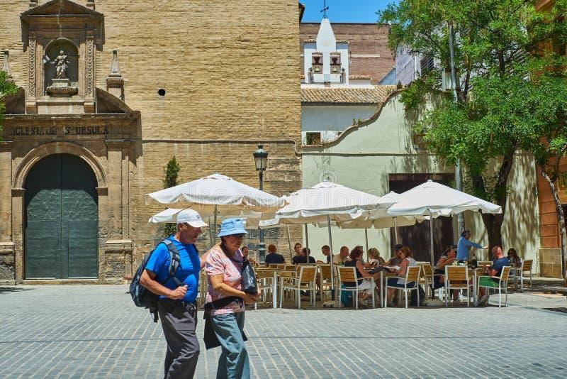Touristen, die etwas auf einer Terrasse in Valencia trinken Valencia, Spanien lizenzfreie stockfotos