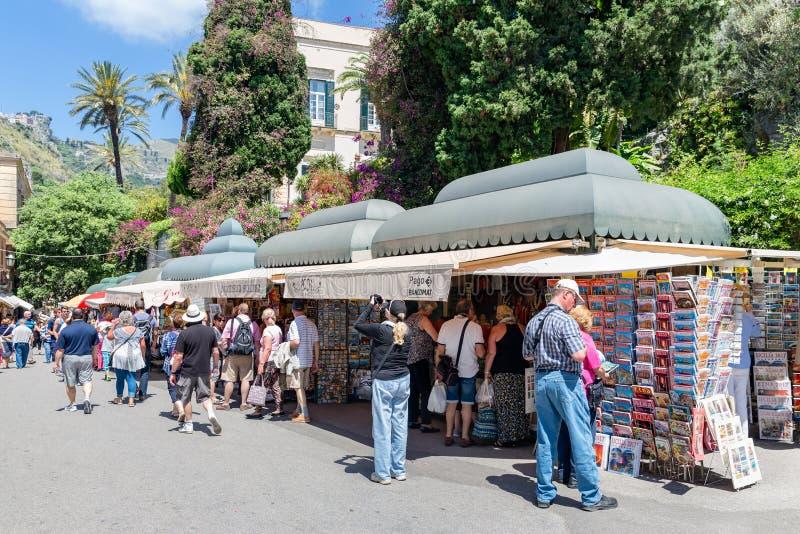 Touristen, die für Andenken in Taormina in der Insel Sizilien, Italien kaufen stockbilder
