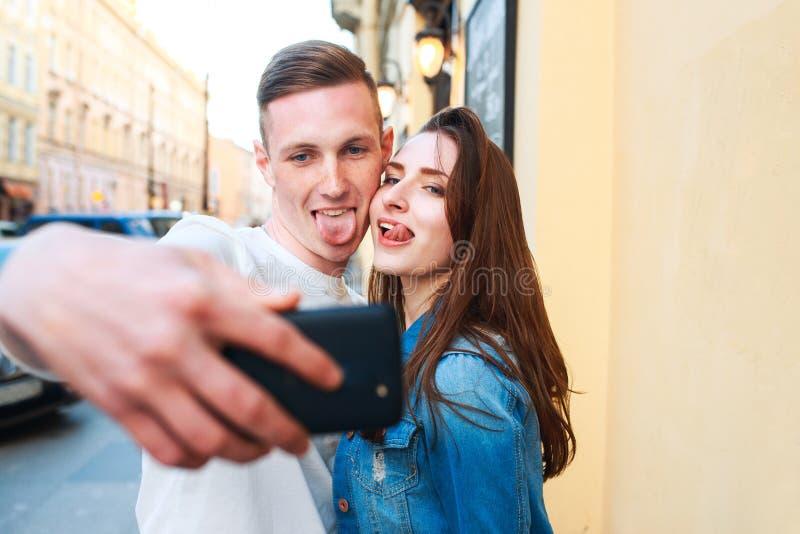 Touristen, die Foto in der Stadt machen lizenzfreie stockfotos