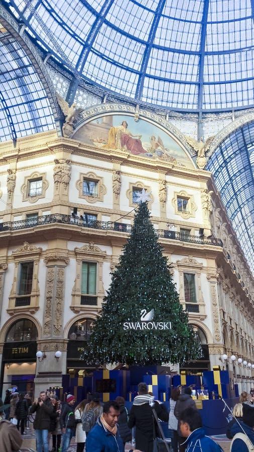 Touristen, die Galleria Vittorio Emanuele II besuchen stockbild