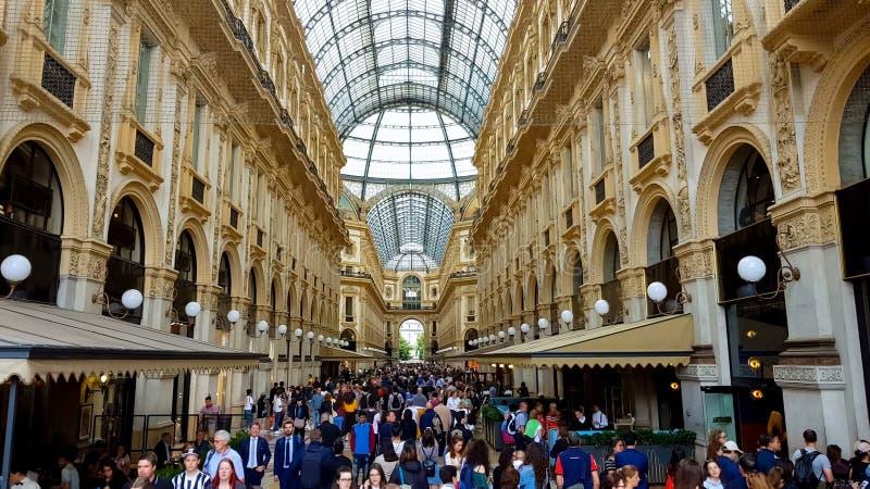 Touristen, die in Galleria Vittorio Emanuele, Mailand-Luxuseinkaufen, Mode gehen lizenzfreies stockfoto