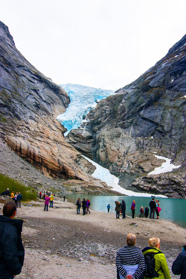 Touristen, die Gletscher betrachten lizenzfreie stockbilder