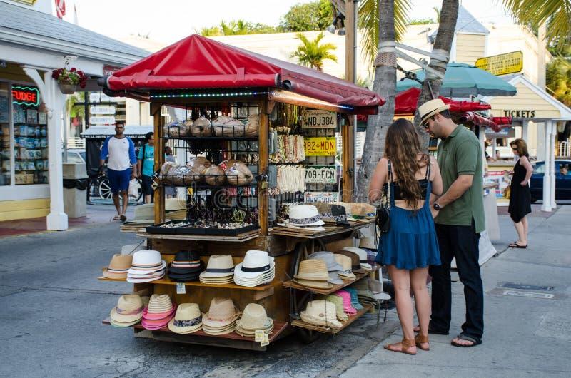 Touristen, die Hüte kaufen lizenzfreie stockbilder