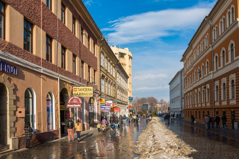 Touristen, die historische alte Mitte besuchen stockfotos