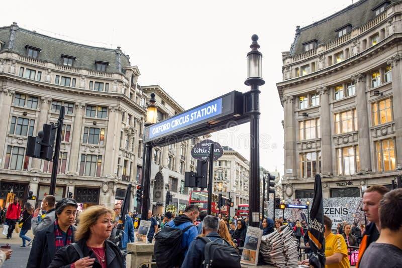 Touristen, die ihre Zeit bei Oxford Street, die meisten des Europas beschäftigtste Einkaufsstraße in London, Großbritannien verbr stockfotos