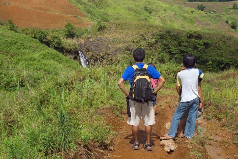 Touristen, die Landschaft bewundern lizenzfreie stockfotos