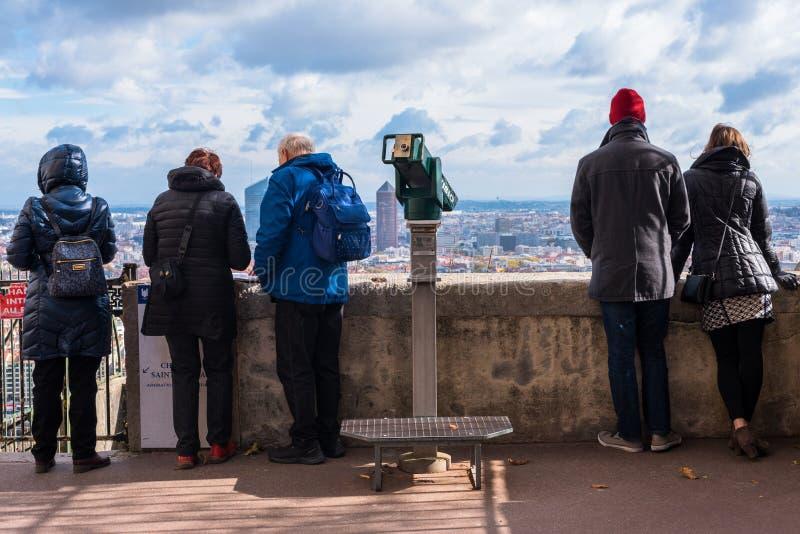 Touristen, die Lyon Frankreich übersehen stockbild