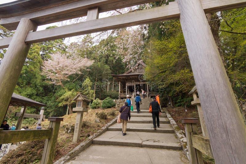 Touristen, die in Richtung zu Kimpu-Schrein gehen stockbilder