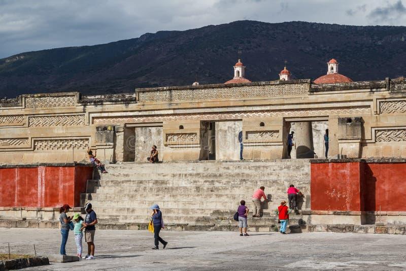 Touristen, die Ruinen besuchen lizenzfreie stockbilder