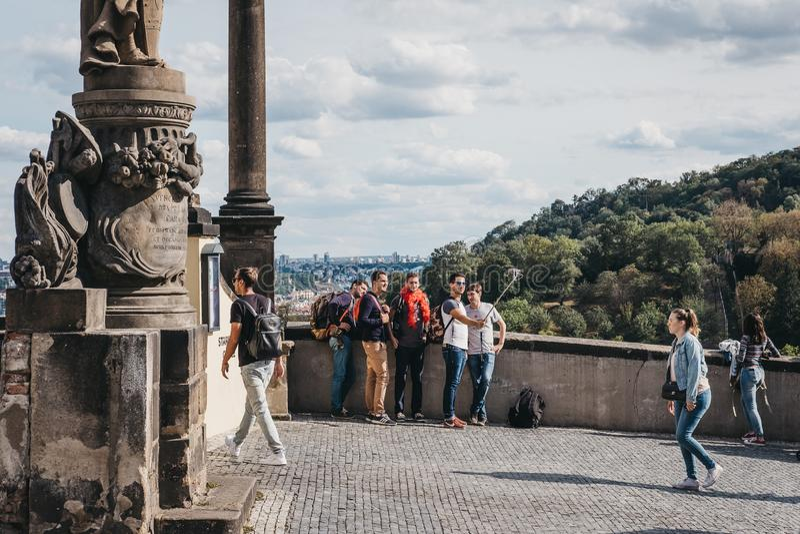 Touristen, die selfies an einer Betrachtenplattform nahe Prag-Schloss, Tschechische Republik nehmen lizenzfreie stockbilder