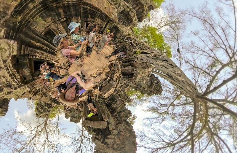 Touristen, die selfies in Ta Prahm, Kambodscha nehmen lizenzfreies stockbild