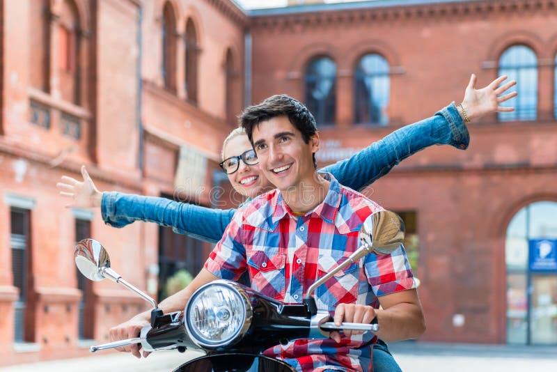 Touristen, die Sightseeing-Tour in Berlin auf Vespa tun stockbild