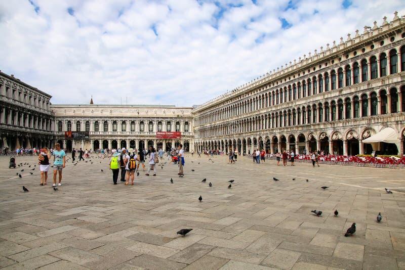 Touristen, die um Marktplatz San Marco in Venedig, Italien gehen lizenzfreie stockbilder