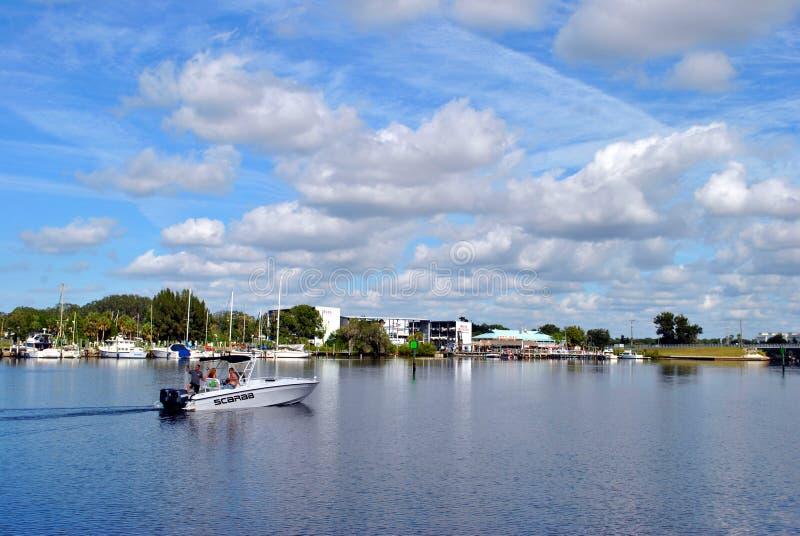 Touristen, die von einem Boot in Tarpon Springs Florida fischen stockbild