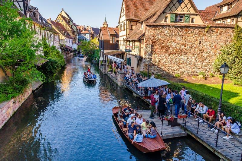 Touristen, die Wasserbootsreisen in Lauch-Fluss in Colmar, Frankreich, Europa genießen lizenzfreie stockfotos