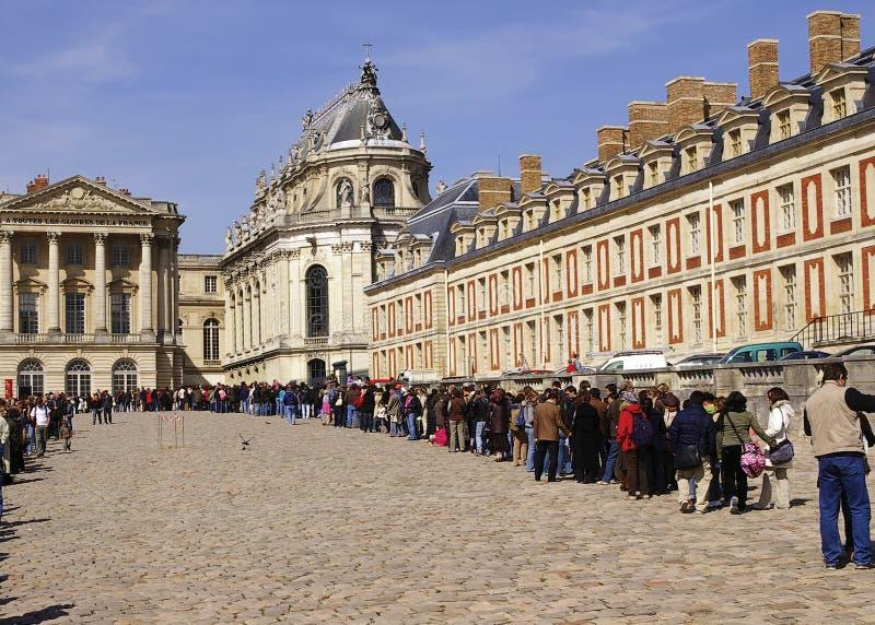 Touristen, die in Zeile warten stockfotos